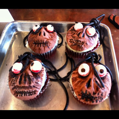 Shrunken head cupcake making with @couturehippie for Beetlejuice bike-in theatre night. #bikein