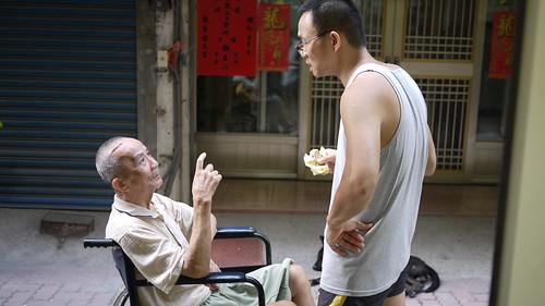 李重賢師傅拿著剛做好的糕餅,向他父親(第一代師傅)請縊。
