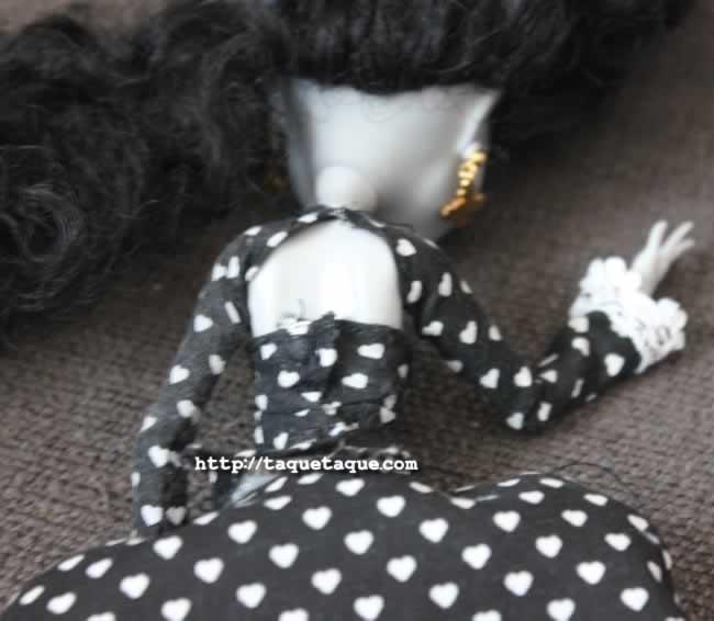 Las mangas se sujetarán con un corchete (o similar), y el corpiño se ajusta con un par de broches.