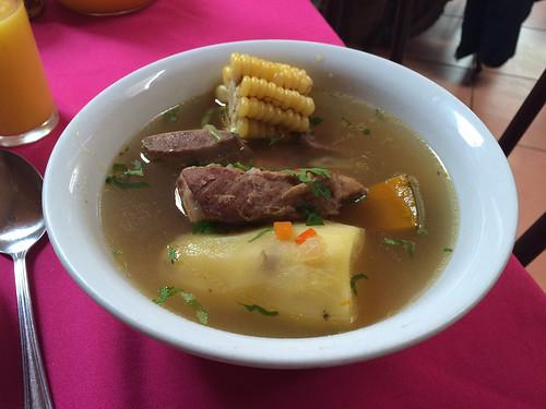 San Pedro de Atacama: plat du jour pour Miss V. Une soupe avec une patate, un morceau de potiron, un morceau de maïs et un morceau de boeuf. Pas excellent mais ça remplit et ce n'est pas cher...