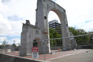 震災後第二十個月: Memorial Bridge Gate