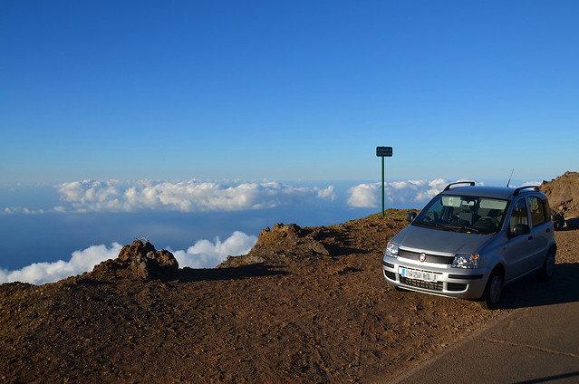 Coche junto a las nubes del Roque de los Muchachos en la Isla de la Palma