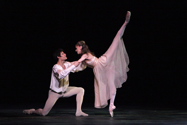 Thiago Soares as Romeo and Marianela Nuñez as Juliet in Romeo and Juliet © Dee Conway 2008