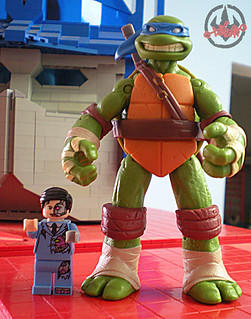 "LEGO Teenage Mutant Ninja Turtles ::  Exclusive NYCC LEGO Kraang ""Battle Damage Suit"" Minifigure  xxii / ..with NICK TMNT LEONARDO figure  (( 2012 ))"