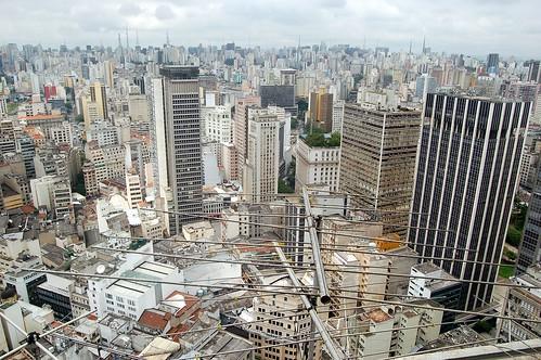 Im Hintergrund ist die Skyline von der Avenida Paulista zu erkennen, Davor die Häusermeere von Sao Paolo