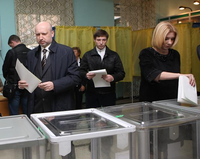 Александр Турчинов с семьей на избирательном участке (ФОТО)