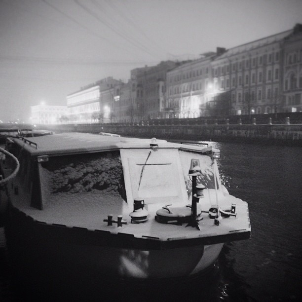 Winter. #winter #walk #spb #petersburg #night #city #città #boat #snow #neve #ottobre #october #bw #autumn #autunno #architecture