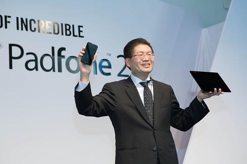 華碩以追尋無與倫比的精神積極布局智慧行動通訊市場,今(16)日由華碩執行長沈振來推介華碩全新力作PadFone 2變形手機。