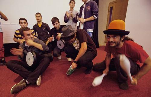 Riccardo improvvisa un accompagnamento musicale con i tamburisti-L