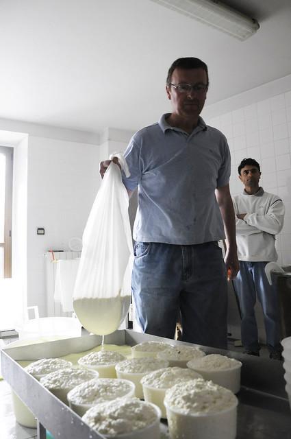 Diante dos produtores brasileiros, é Ugo Lussiana quem se encarrega de fabricar os queijos