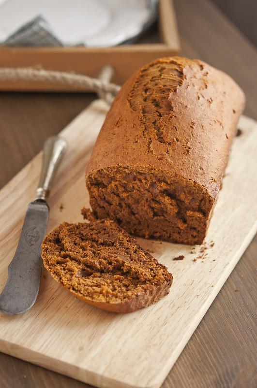 Крекеры, паштет и пряный сладкий хлебец spicy sweet bread