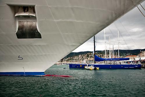 Una barca grande e una grande barca