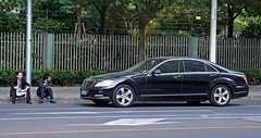 automobile(1.0), executive car(1.0), wheel(1.0), vehicle(1.0), mercedes-benz w221(1.0), automotive design(1.0), mercedes-benz(1.0), rim(1.0), mid-size car(1.0), mercedes-benz s-class(1.0), sedan(1.0), land vehicle(1.0), luxury vehicle(1.0),