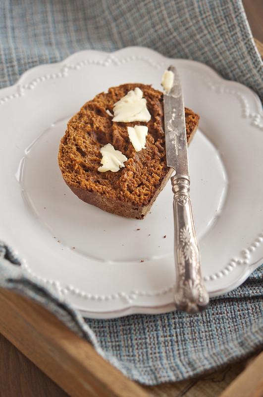 Крекеры, паштет и пряный сладкий хлебец spicy sweet bread_