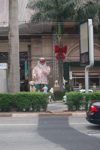 Weihnachtsmann in Bermuda und Hawaihemd
