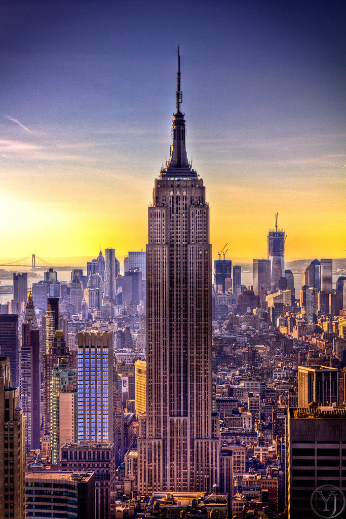 A sunset view of the Empire State Building in New York City (NYC, USA)... Coucher de soleil sur l'Empire State Building.