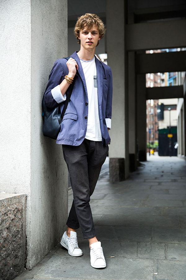 紺テーラードジャケット×白ポケットトリムTシャツ×黒テーパードパンツ×スタンスミス全白