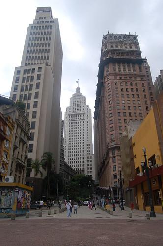 Der Weg zum Banespa Turm führt am Martinelli Gebäude vorbei