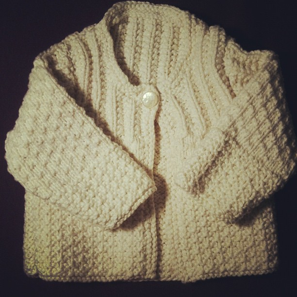 Our little babe got its first gift today! Such a sweet cardi made by a blogger friend, Evie from Pendle Stitches.