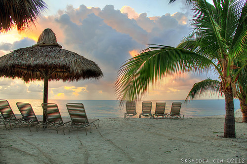 beach clouds umbrella sunrise canon keys sand chairs florida lounge bluewater bluesky palm palmtree 7d tiki cocoplumbeachandtennisclub