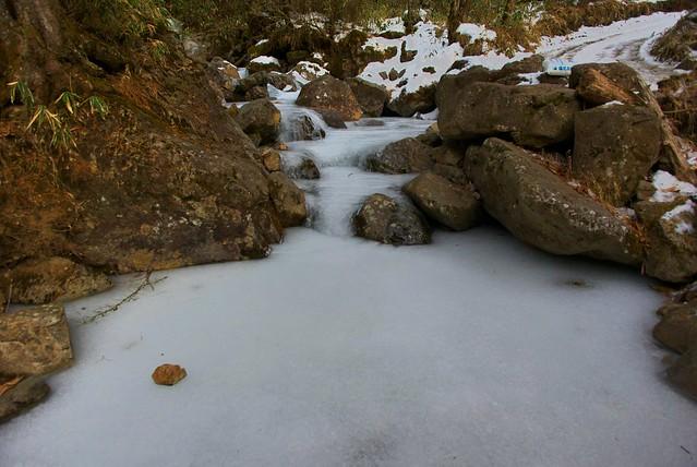 凍結した小川