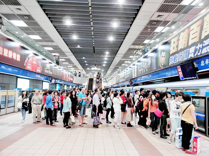 taiwanese queuing up for metro