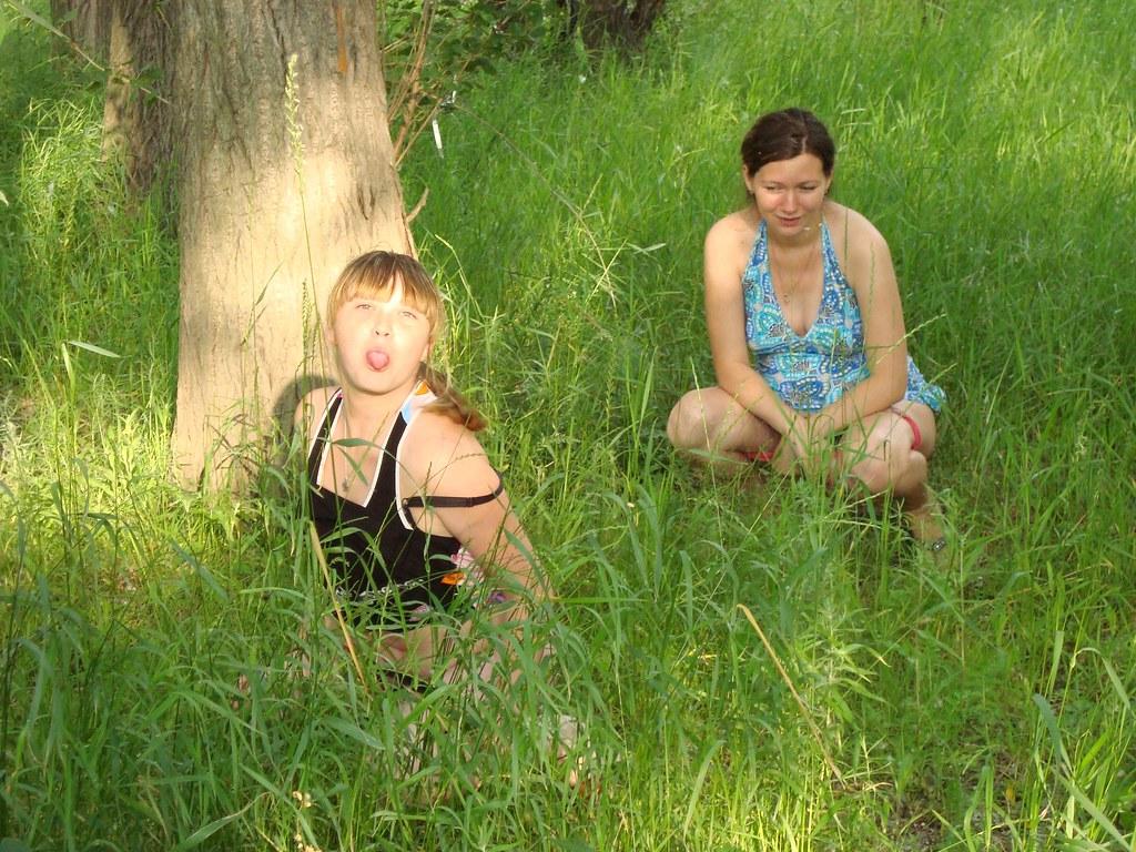 Пацаны выебали двух сучек в кустах
