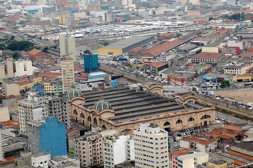 Der städtische Markt von Sao Paolo liegt mitten zwischen Speditions- und Gewerbehallen.