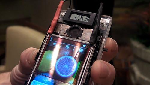Пленка Wysips превращает экран смартфона в солнечную батарею (Видео)