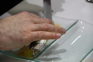 Nacho Garbayo montando el plato de sardina marinada