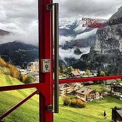 murren缆车上,到了景色最美的地方这缆车会停几分钟让你照相。#带着微博去旅行#瑞士
