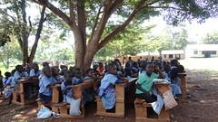 Eine Schule unter Bäumen in Kenia, 2012. Photo: Joshua Tabti Creative Commons Licence Namensnennung