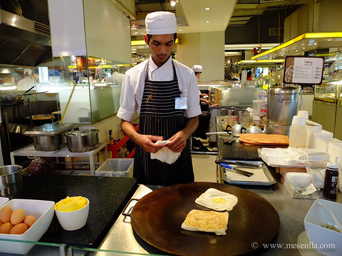 Cocinando crepes en el food center de Siam Parangon