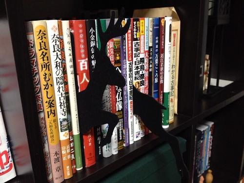 本棚から鹿っぽいものが飛び出す『アニマルインデックス』