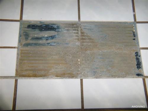 Tegelreparaties :Stap 2 verwijderen beschadigde tegel en oude voegen