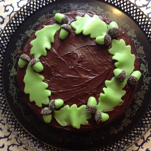 Hasselnöt- och chokladtårta med ekollon och ekblad i marsipan