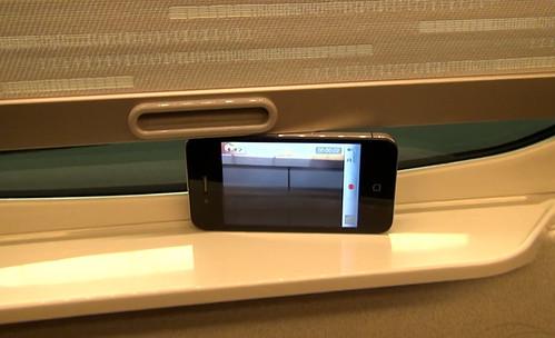 車窓にiPhone