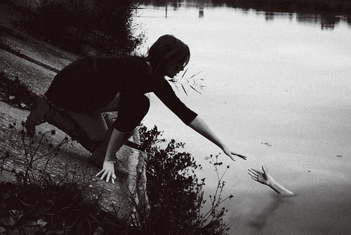 [フリー画像素材] 人物, 女性, フォトレタッチ, 人物 - 河川・湖, モノクロ ID:201210251800