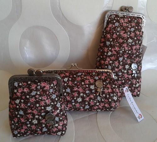 Conjunto flores bordô e rosa fundo castanho by Linhas Arrojadas Atelier de Costura ® Trademark