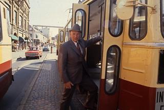 Johan Alme stiger ombord på trikken i Olav Tryggvasons gate (1979)