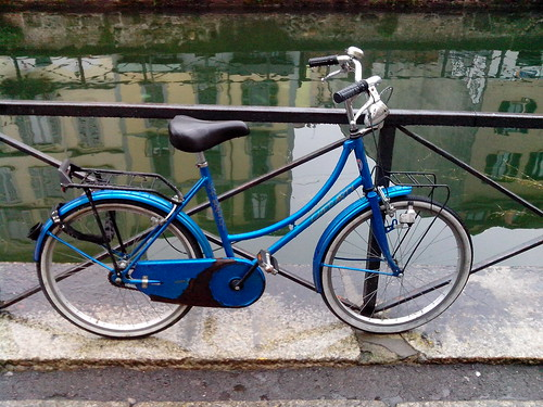 La bicicletta blu sul Naviglio by Ylbert Durishti