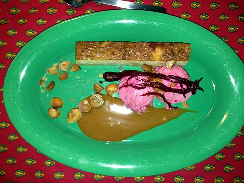Rødbedeis, hvid brownie og saltet karamel