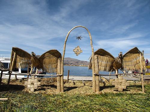 Lac Titicaca: des condors en roseaux sur l'île d'en face, plus grande.