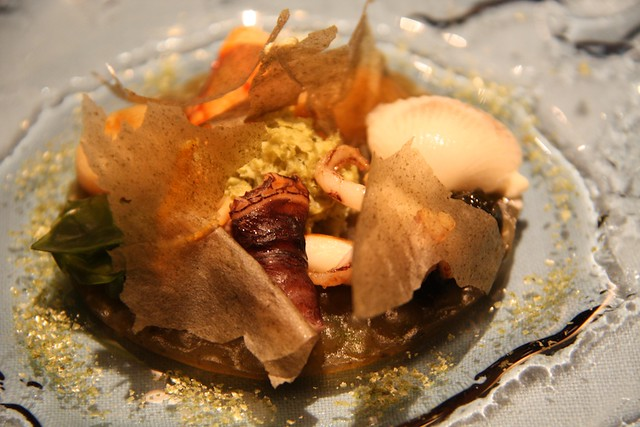 Moluscos y crustáceos con algas marinas en texturas