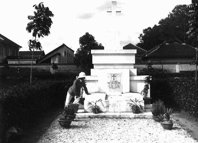 1928 - Tombeau de Doudart de Lagrée et de Francis Garnier à Saigon - Photo by Charles Peyrin