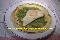 Huevos aboñoldos sobre verduritas y crep 493