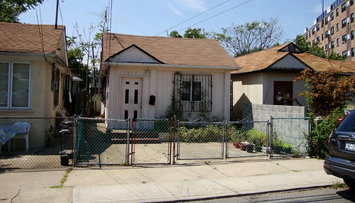 Rockaway bungalows (by: scarlatti2004, creative commons)