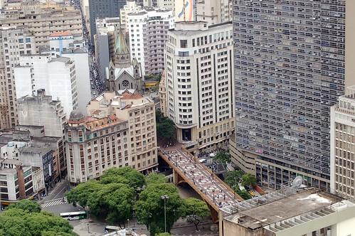 Ein Blick auf die breite Fußgängerbrücke über die Magistrale