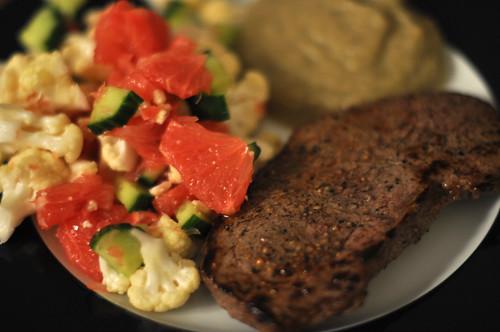 Bøf med auberginecreme og salat af blomkål, grape og agurk