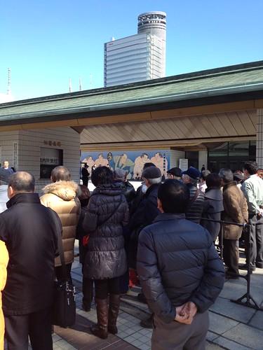国技館入り口に人がいっぱい by haruhiko_iyota
